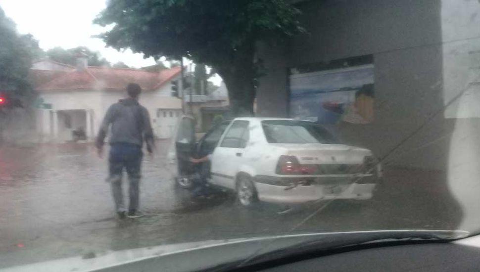 Auto detenido por el agua en avenida San Martín.