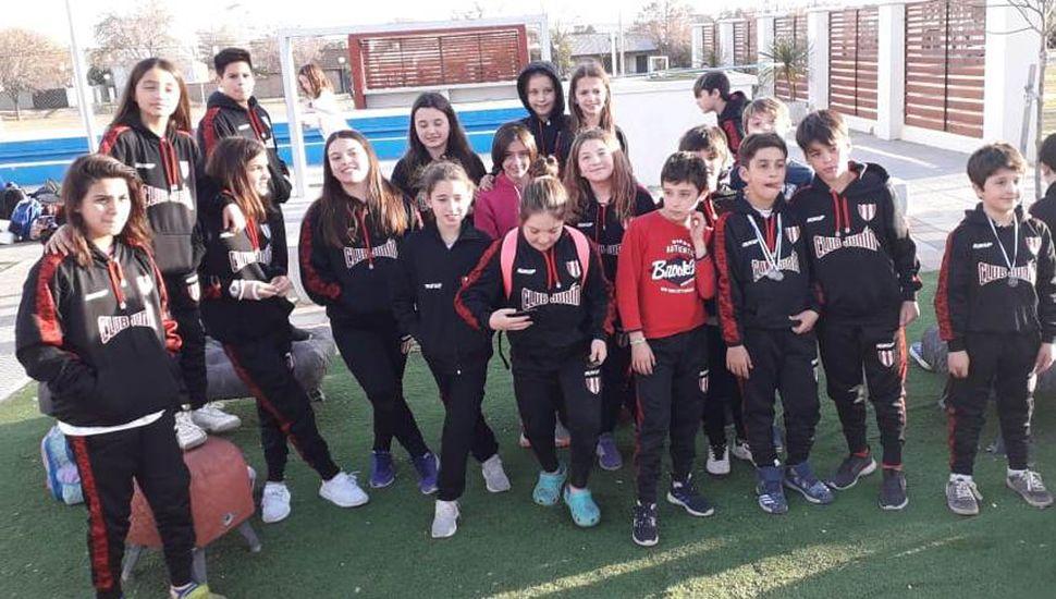 Parte de los juveniles nadadores que representaron al Club Junín en la ciudad de Pehuajó.