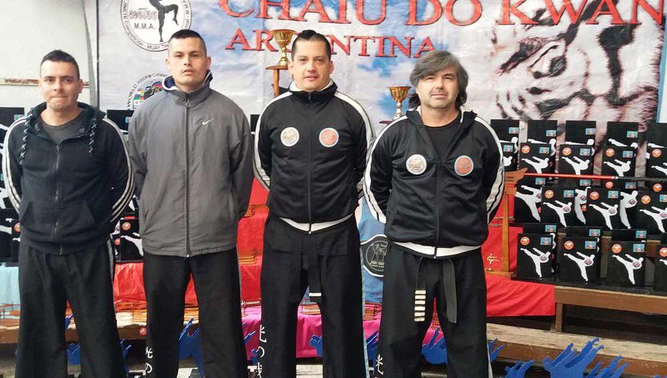 El maestro Gustavo Hernández (derecha) posando junto a Rodrigo Lo Gaffo, Jorge y César Ramallo.