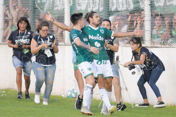 Magnín, en el primer gol que marcó en el arco que da a Arias.