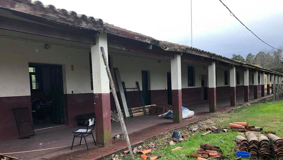Reparando los techos de la Escuela Agraria.