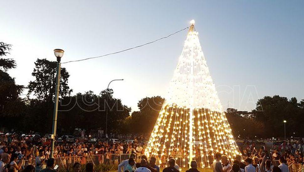 Comenzaron los preparativos para los festejos navideños y el encendido del árbol