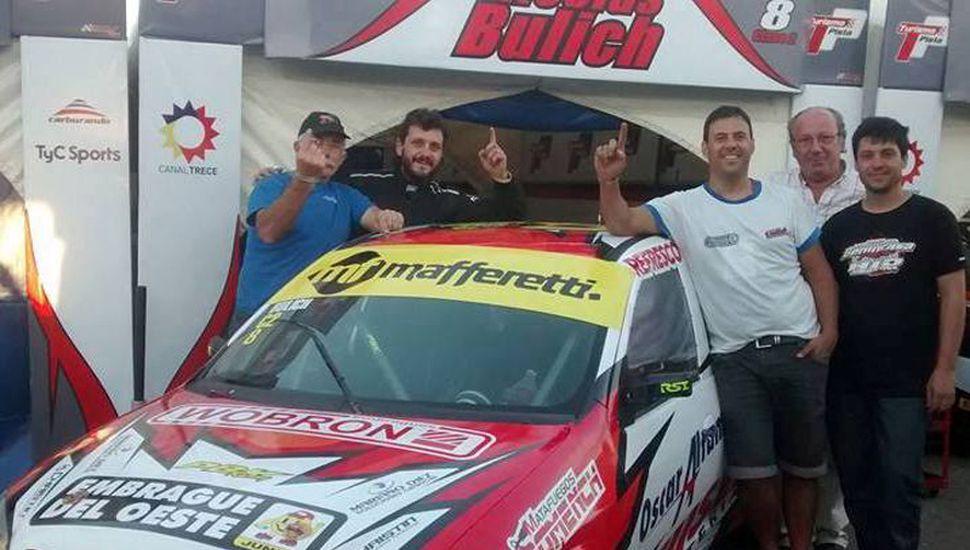 El Chevrolet Celta Nº 8 que conduce Nicolás Bulich, a quien acompañan su padre, Pedro, y colaboradores.