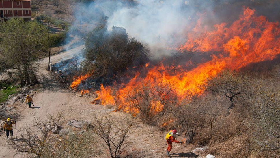 Controlaron parte del incendio y habilitaron el tránsito en la autopista a Carlos Paz