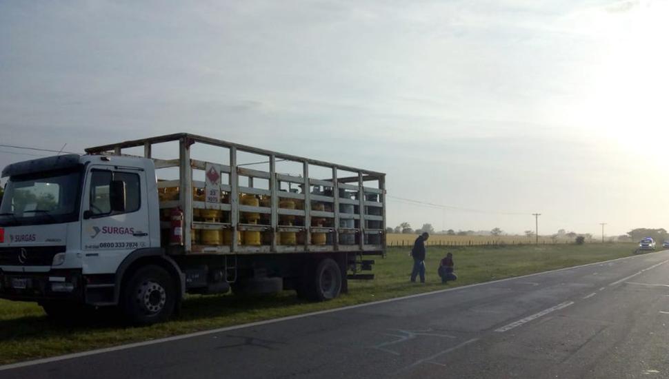 El camión quedó detenido en la banquina.