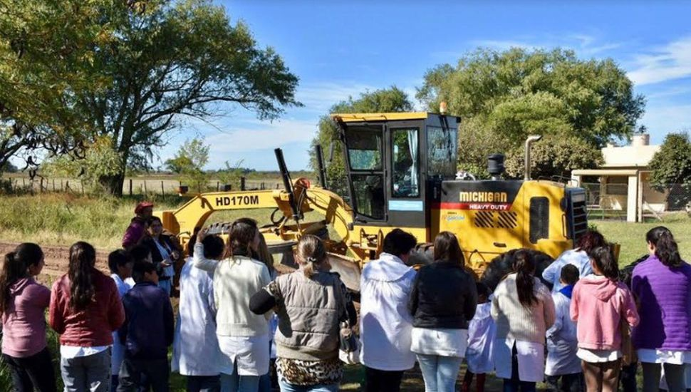Entregan maquinaria vial para reparar caminos rurales en Chacabuco