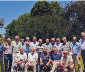 Ex alumnos en el reencuentro al cumplir 50 años de egresados.