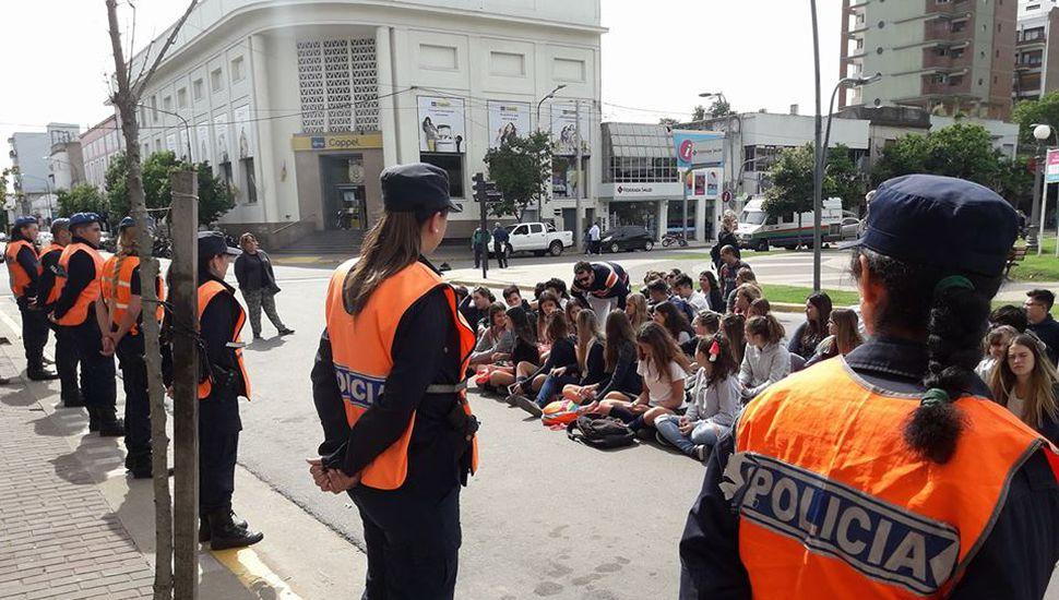 Sentada frente al Municipio para pedir más seguridad en la zona de los locales bailables