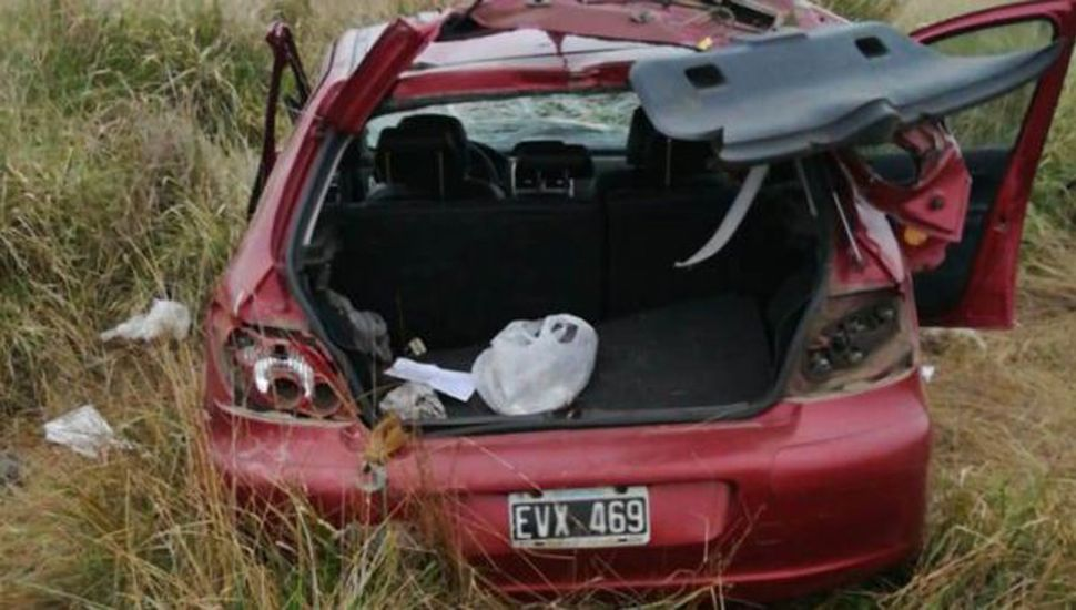 El auto dio varios vuelcos.