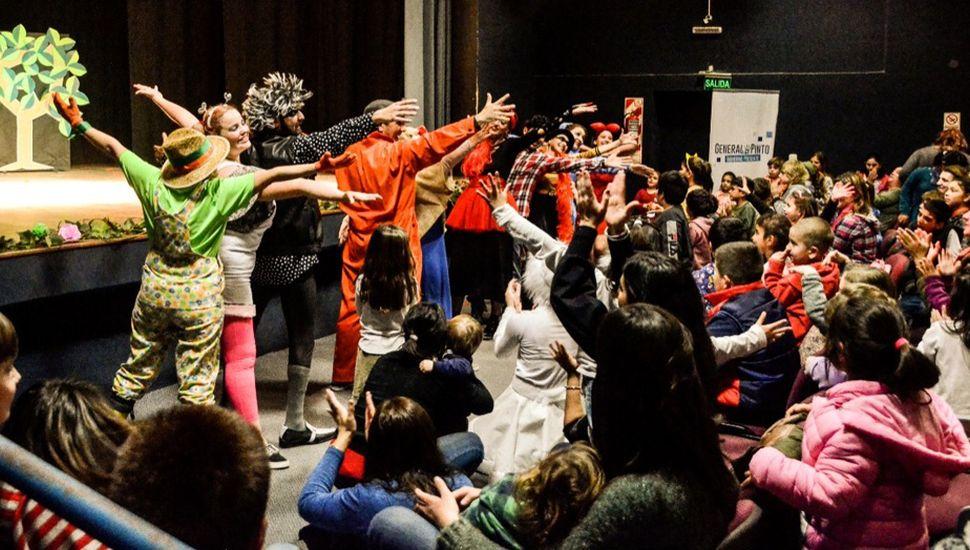 """Una historia para valientes"""" durante su presentación en el salón del Centro Cultural."""