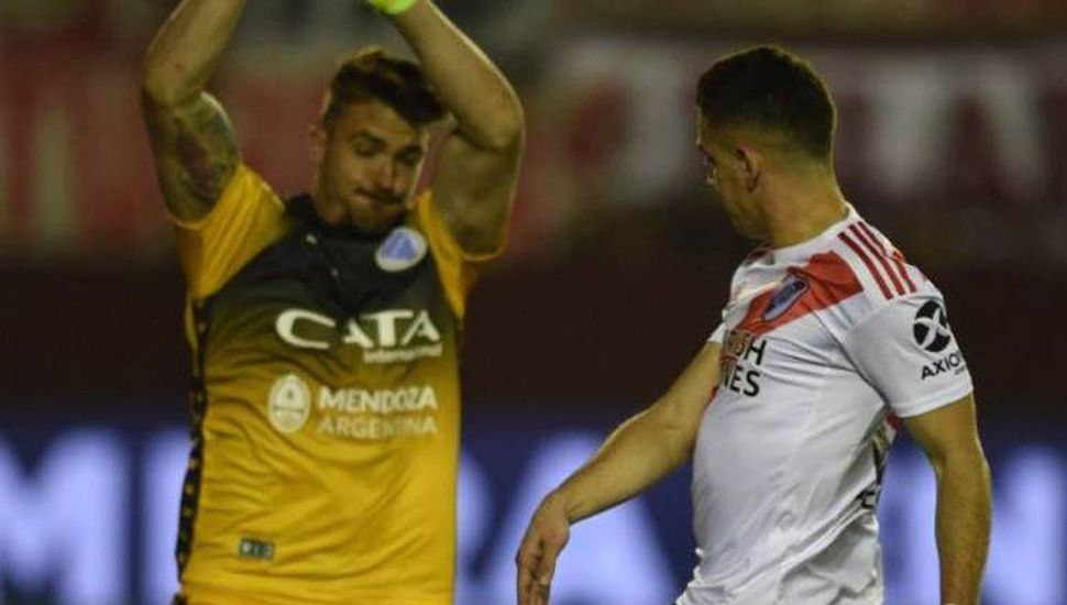 Rafael Santos Borré exigiendo al arquero Andrés Mehring, River ganó 1 a 0 y paso a cuartos de final de la Copa Argentina 2019.