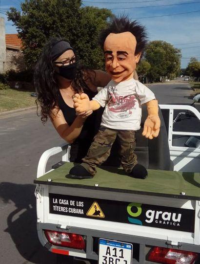 Yaqui y una de las marionetas del teatro de títeres.