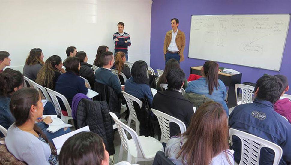 El intendente de Junín, Pablo Petrecca, se acercó a saludar a los chicos que participan de Impulso Joven.