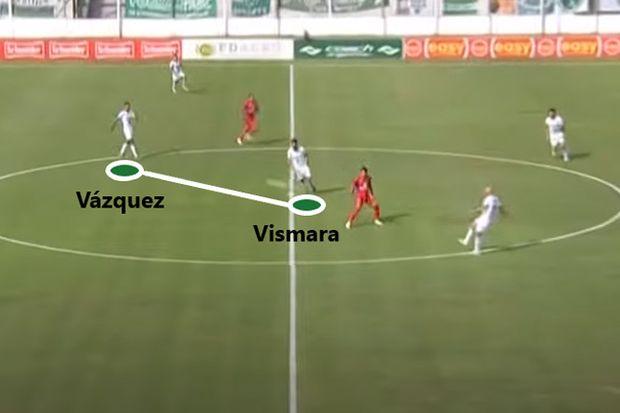 """Fabio Vázquez reemplazó a Sergio Quiroga (expulsado ante Riestra) y cumplió con las funciones del habitual """"10"""": posicionado delante de Vismara para iniciar el juego."""