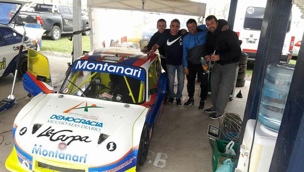 El piloto junto a su auto del Turismo 1100 y el equipo Me Racing.