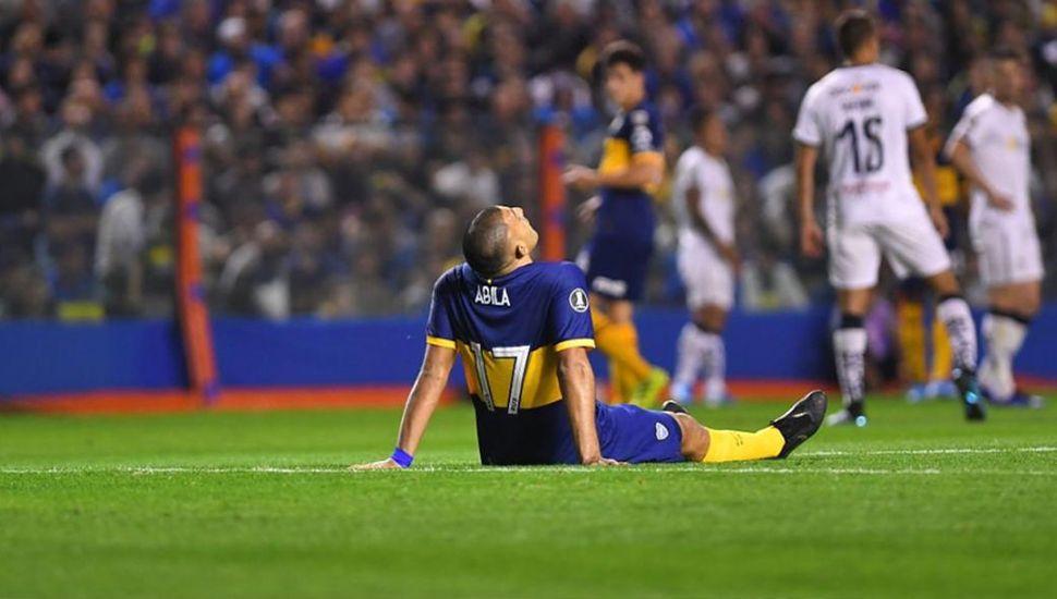 Ramón Ábila se lesionó ante Liga Deportiva de Quito, en la Bombonera.
