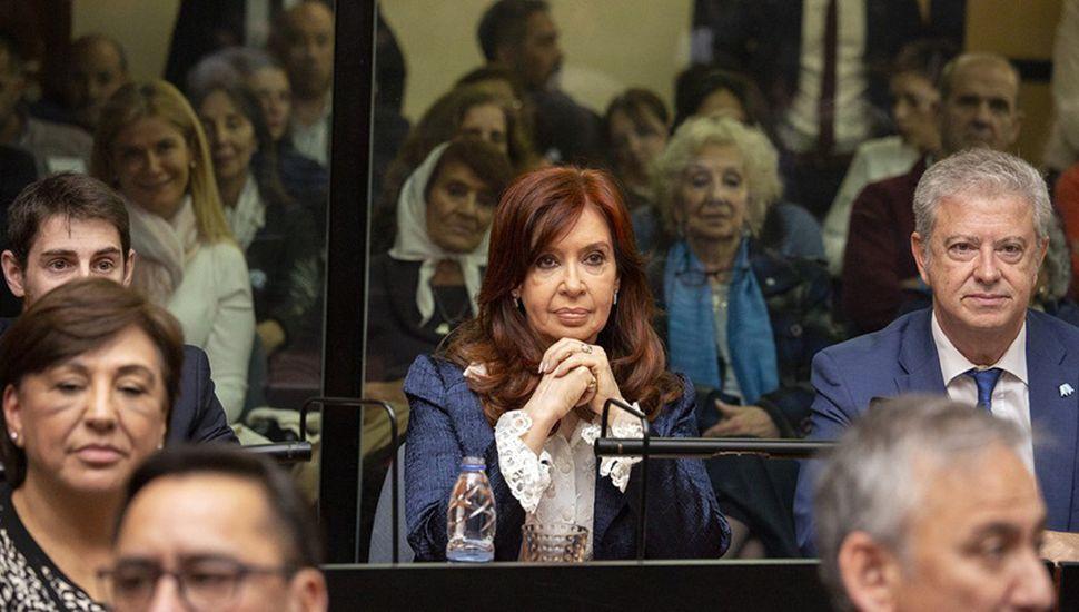 La vicepresidente electa al comienzo del juicio oral; hoy será indagada.
