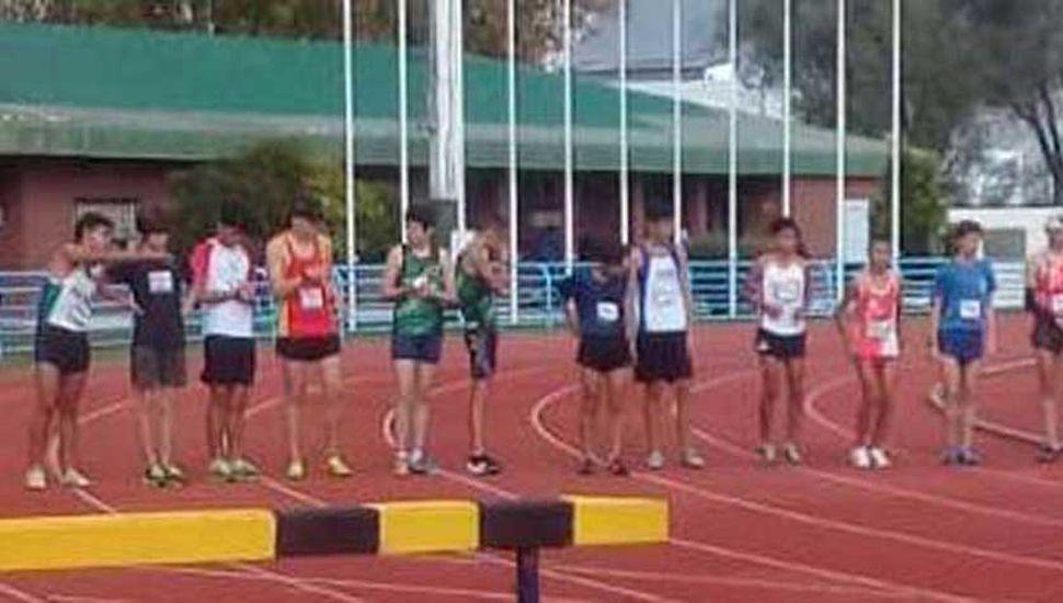 """Los participantes de la prueba de 1500 metros, a punto de iniciar la competencia en la pista """"Justo Román"""", marplatense."""