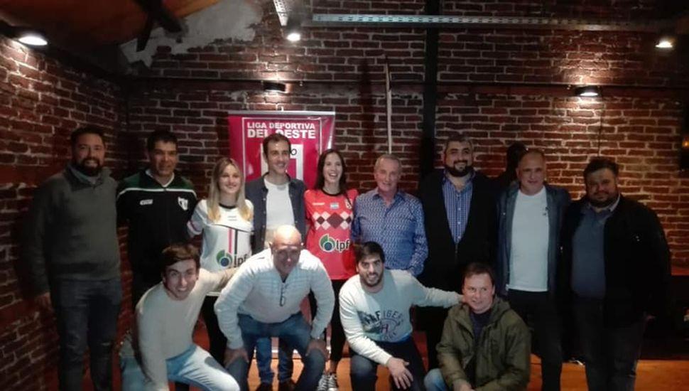 Dirigentes deportivos junto al intendente Petrecca.