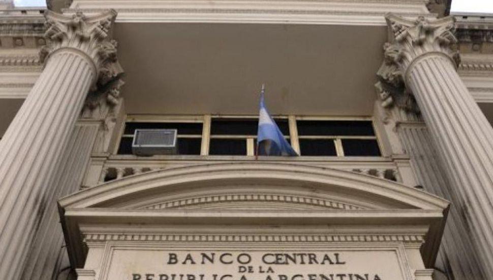 El Banco Central decidió bajar la tasa al 58% y el dólar recorta la caída de apertura