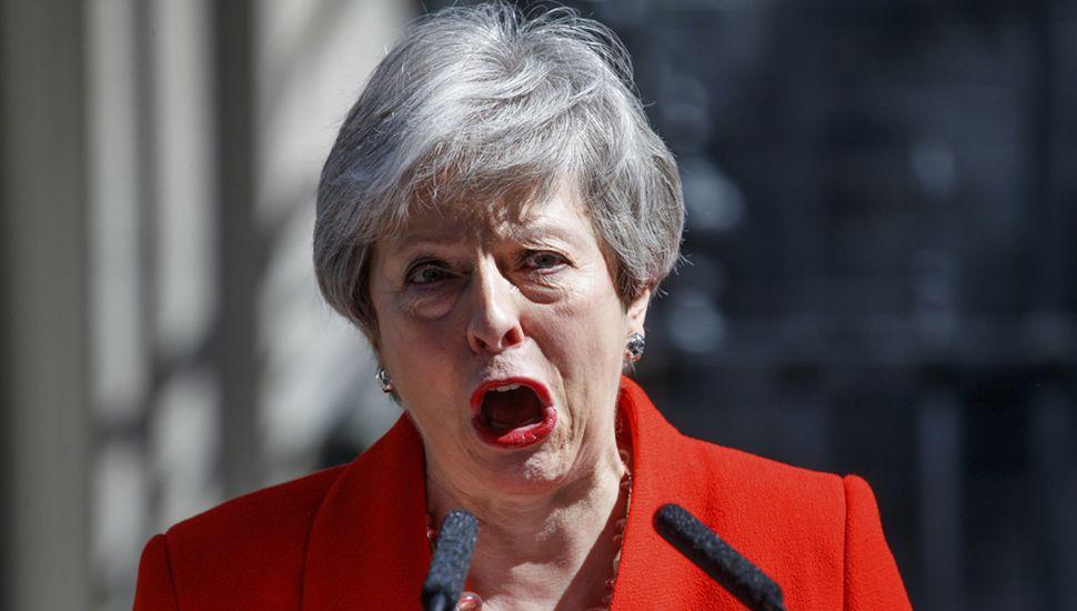 Theresa May anunció, entre lágrimas, su renuncia.