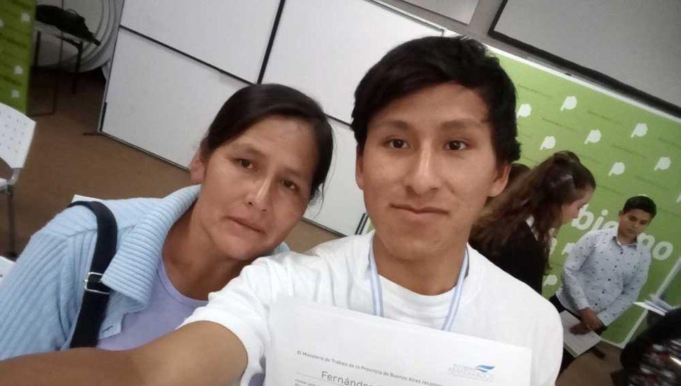 Cristian Fernández Huanca junto a su mamá el día de la entrega de diplomas en La Plata.
