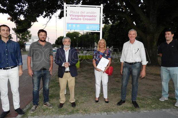 Los hijos de Crosetti, Arturo y María Teresa, junto a su nieto Agustín Prato estuvieron presentes en el acto que encabezó el intendente Pablo Petrecca.