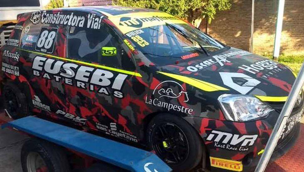 El auto de Nicolás Bulich poco antes de partir junto al equipo de competición, rumbo a Paraná, para la última carrera del año del Turismo Pista Clase 3.