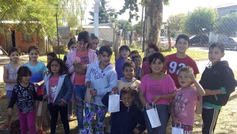 Los chicos del barrio La Loma de Rojas durante la jornada recreativa de Pascua.