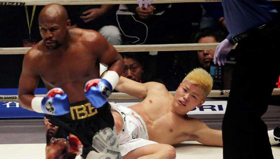 Floyd Mayweather noqueó  a joven kickboxer japonés