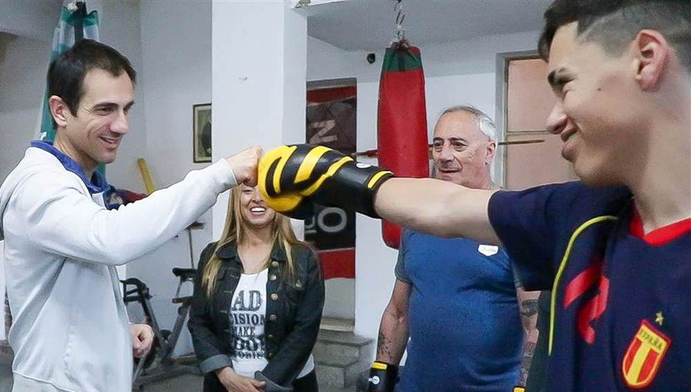El intendente Pablo Petrecca departió con los pugilistas que estaban entrenando en el gimnasio.