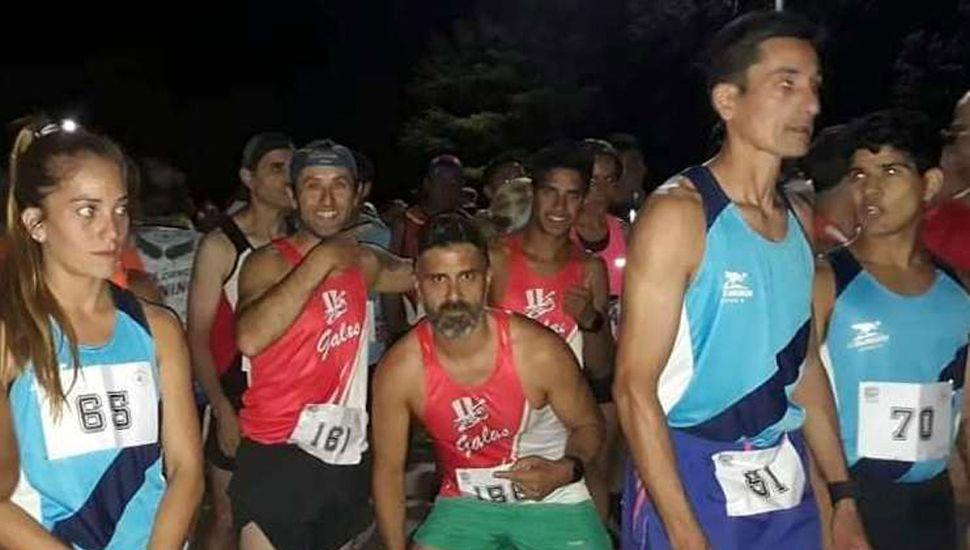 """Los atletas preparándose para iniciar la prueba, entre ellos Oscar """"Teté"""" Cabral (N° 81) y Walter Perasso (N° 70)."""
