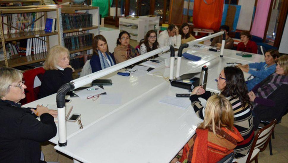 """Participantes de la reunión en """"La Biblio""""."""