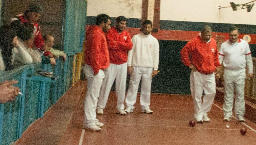Unos ochenta jugadores practican bochas en Junín.