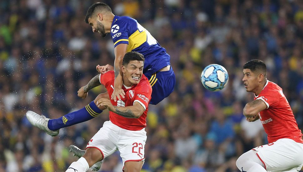 Lisandro López (Boca) y Braian Romero buscan ganar de arriba. El xeneize e independiente empataron sin goles en
