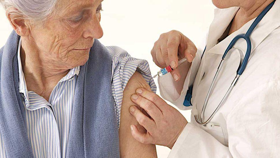 Las personas con factores de riesgo y los adultos mayores deben vacunarse contra la neumonía.