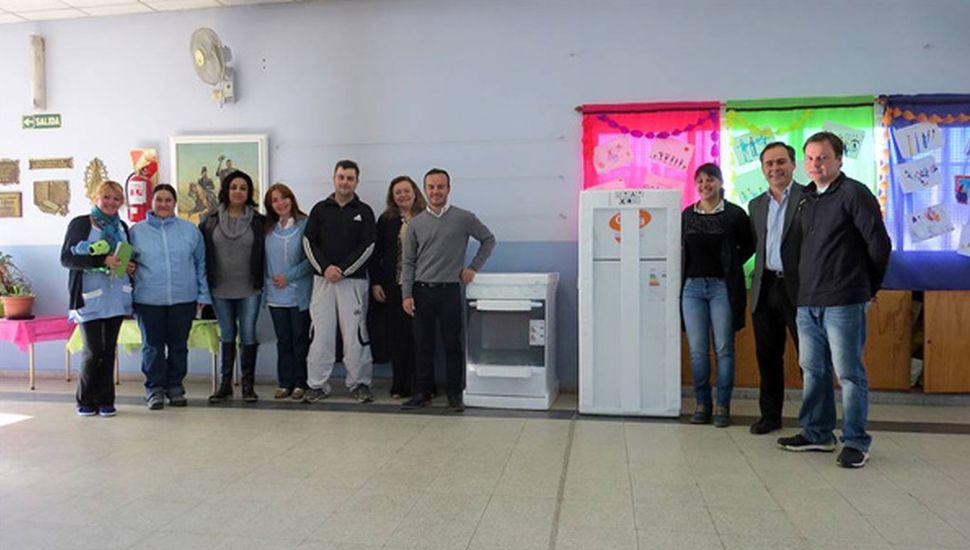 Las autoridades hicieron entrega de una heladera y una cocina al Jardín 914.