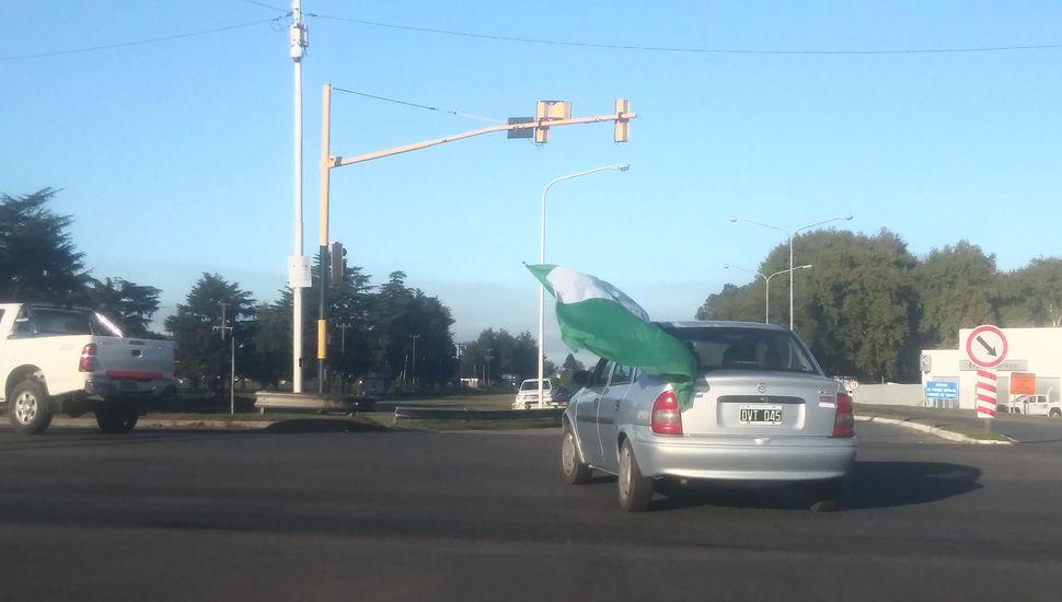 La Ruta 7 se pinta de verde con miles de hinchas que van a alentar a Sarmiento en la final