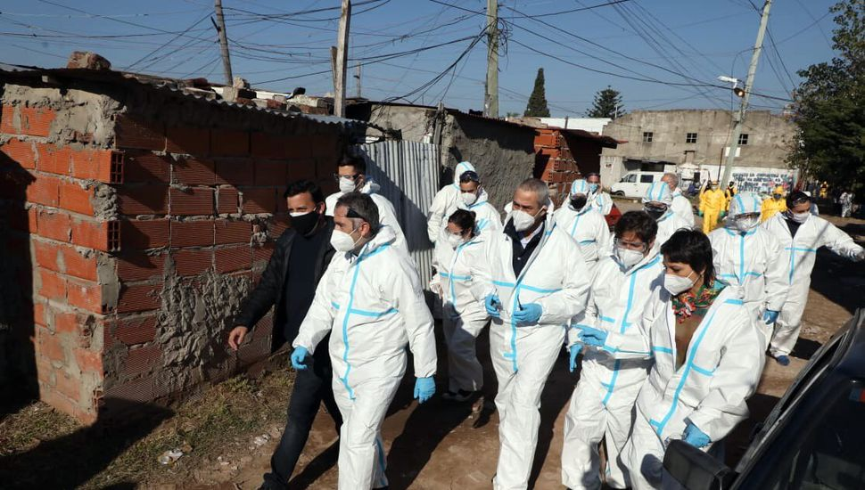 Kicillof recorrió la Villa Itatí: dos cuadras de fila de vecinos con síntomas