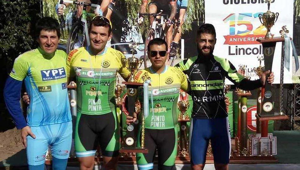 Miguel Álvarez, Pablo Secuelas y otros bikers en el podio de categoría Inactivos Zonales.