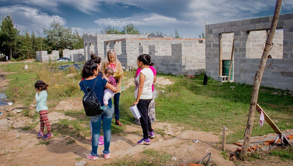 """Vecinos de """"Los Perejiles"""" trabajan en la construcción de sus propias viviendas"""
