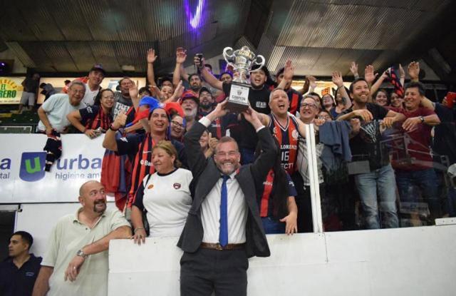 El Che García, con la copa y el equipo.