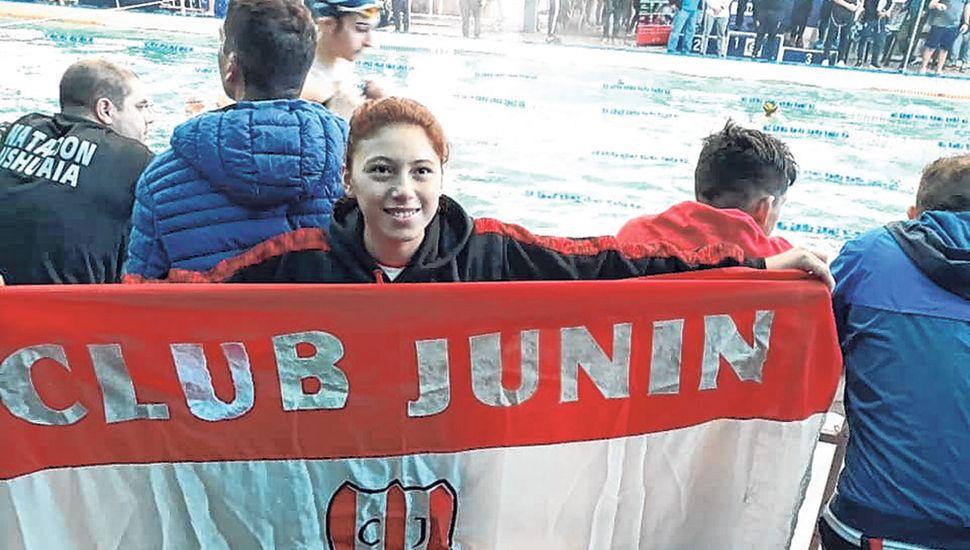 Anahí Masino con la bandera del Club Junín.