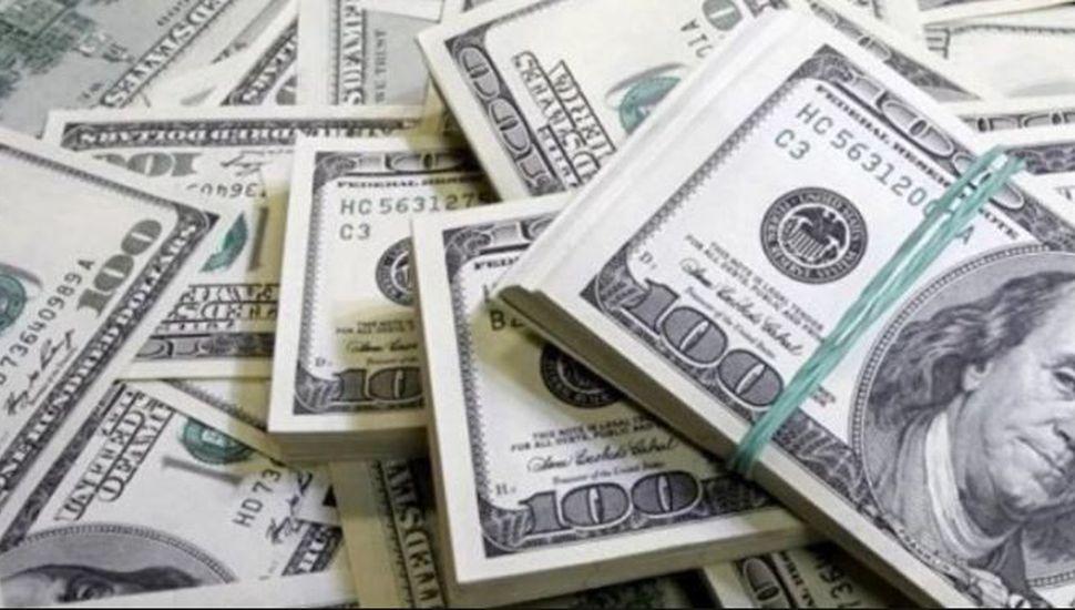 El dólar bajó 64 centavos y cerró a $42,64