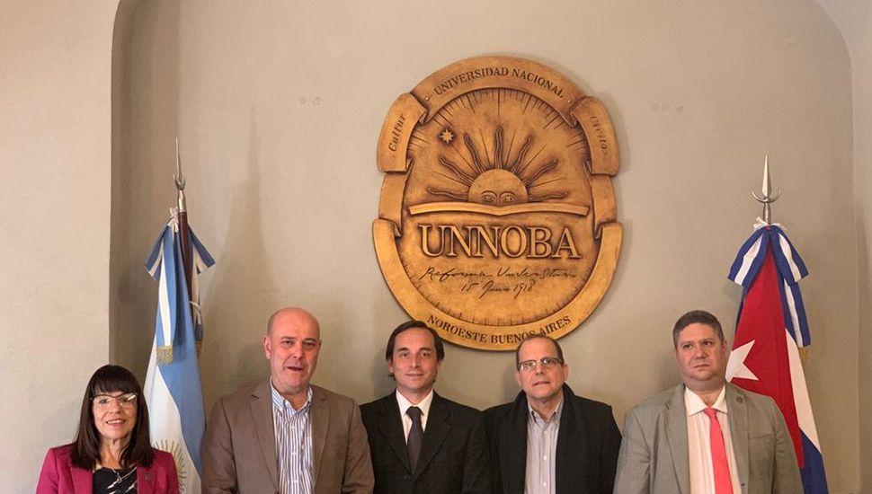 Autoridades recibieron al embajador cubano