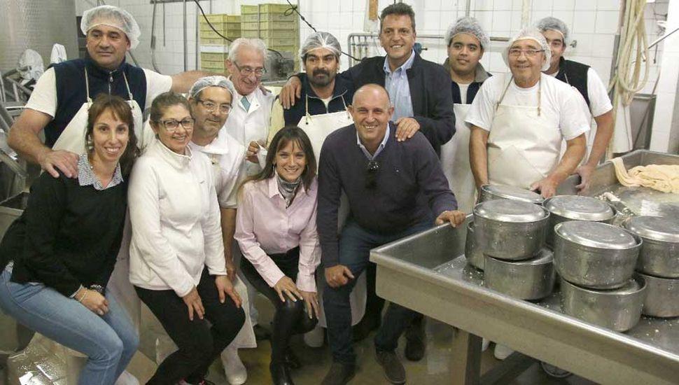 Sergio Massa, su esposa y el intendente Guerrera con directivos y personal de