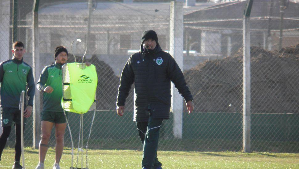 Acelera la preparación. El entrenador Iván Delfino, ayer a la tarde, encabezó un trabajo táctico con pelota.