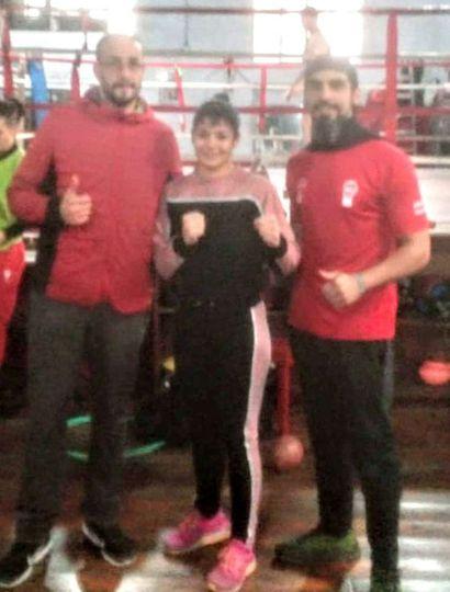 """La juninense Anahí """"La indiecita"""" López junto a su nuevo técnico, Pablo Rodríguez (izquierda) y a Juan, su preparador físico."""
