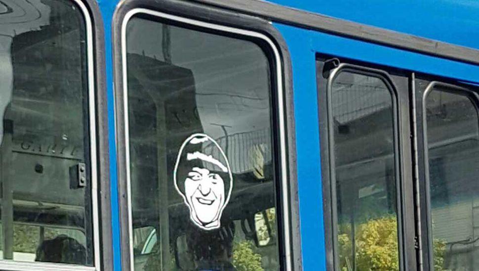 La imagen del querido comediante en las unidades que recorren la ciudad.