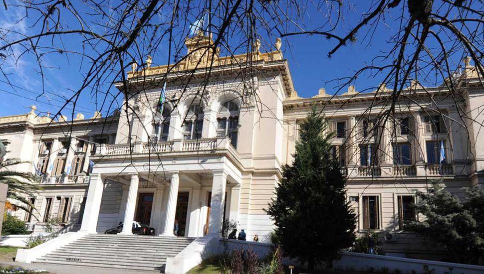 La Dirección General de Cultura y Educación bonaerense adhirió ayer al Decreto 465 del gobierno provincial.